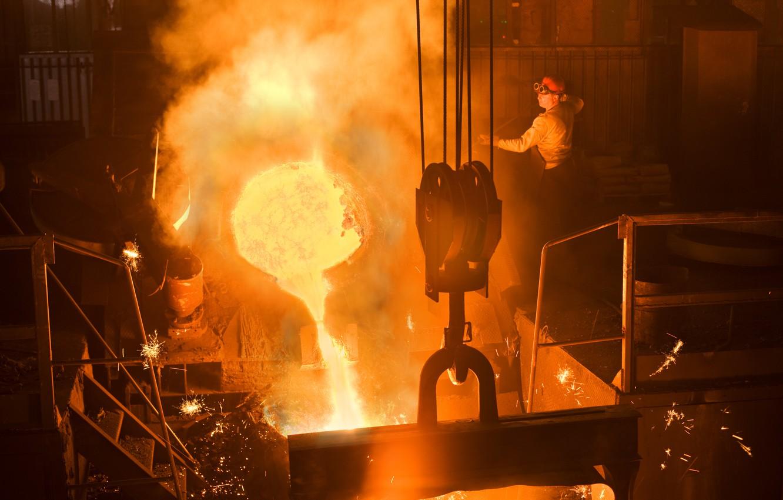 Photo wallpaper fire, heat, sparks, molten metal, smelting factory worker