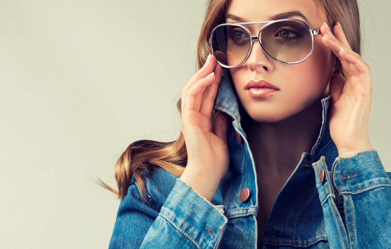 Photo wallpaper eyes, look, girl, face, hair, hands, glasses, lips, dzhinsovka