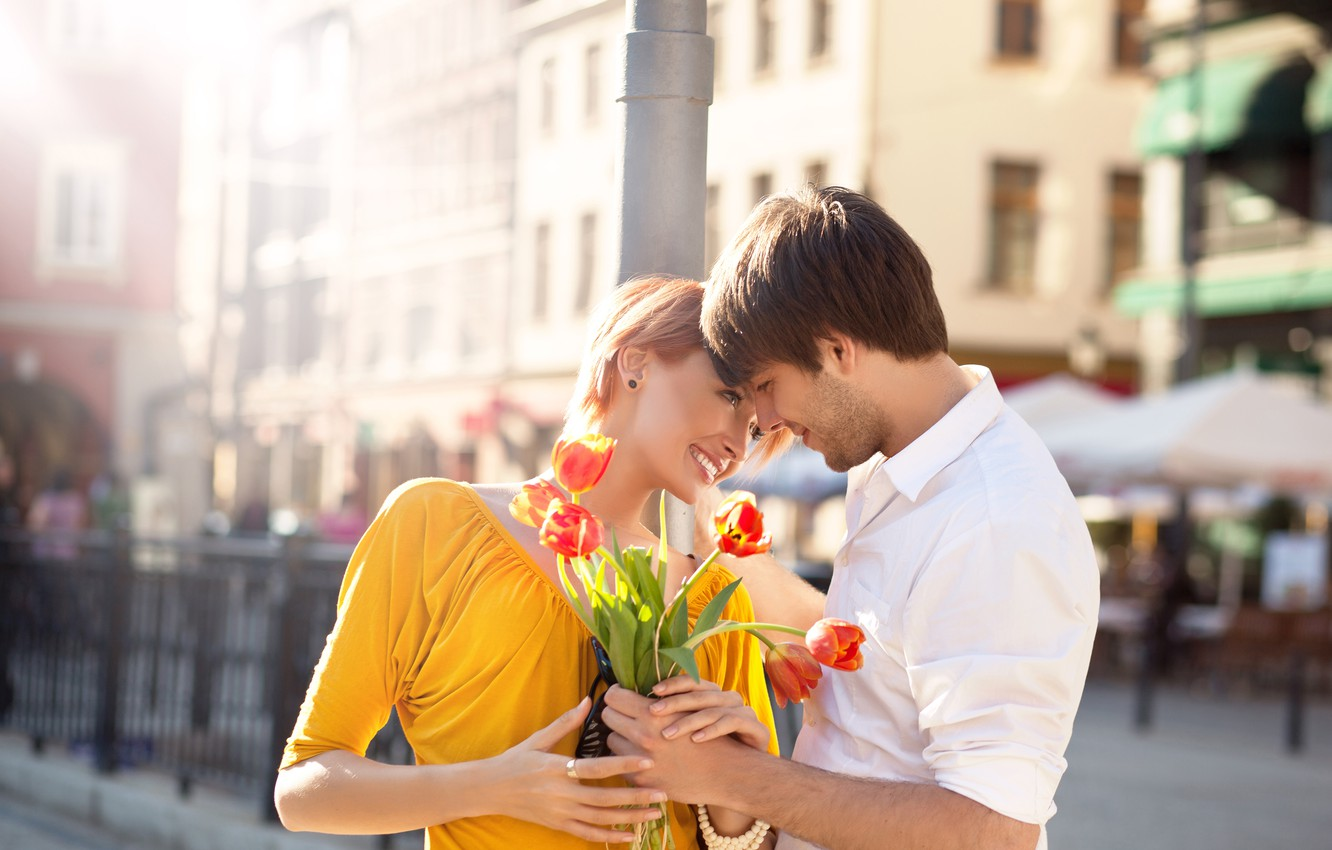 Photo wallpaper girl, joy, flowers, the city, bouquet, post, pair, tulips, red, guy, smile