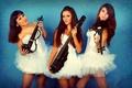 Picture three girls, violin group dolls, in white, violin, instrumento